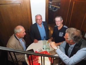 Ehemalige Gemeinderäte Rudolf Schießl und Franz Wöhrer an der Kassa