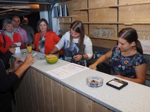 Julia Kopalek und Christina Rupprecht bedienen die Gäste in der Bar