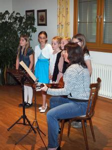 Dir. Susanne Gutmann und Kinder der 3. u. 4. Klasse