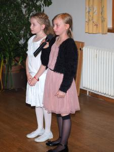 Barbara und Anna mit einem Muttertagsgedicht