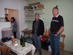 GR Thomas Rupprecht und Ex-GR Reinhold Soukup noch entspannt an der Getränkeausgabe