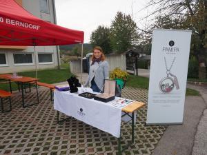 Claudia Stoiber verkauft Schmuckstücke für Sozialprojekte