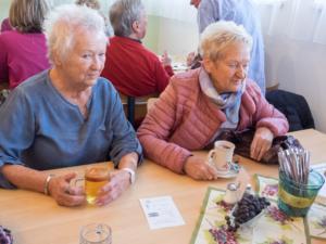 Brigitte Kohanek u. Pensionisten-Obfrau Traude Hoffer