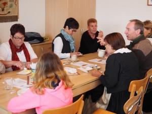 Gäste mit Kaffee und süße Strudel zum Frühstück