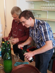 Heinz Stoiber und GR Thomas Rupprecht hinter der Schank