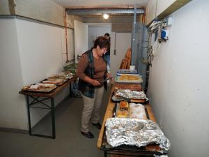 Veronika Stoiber in der Strudelvorbereitung