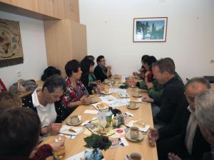 Nach der Messe kommen die Gäste zum Frühstück