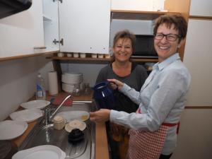 GR Erika Ponleitner und GR Sabine Büchsenmeister in der Küche