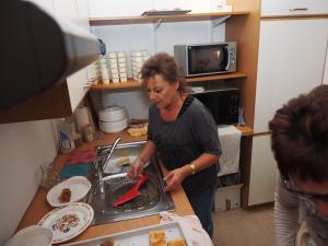 GR Erika Ponleitner beim Küchendienst