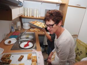 Gabriele Wöhrer beim Küchendienst