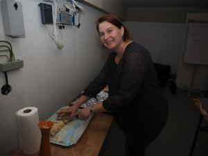 Karin Kiesl bei der Strudelvorbereitung